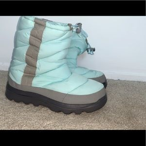 lovely blue NEVER WORN snow boots